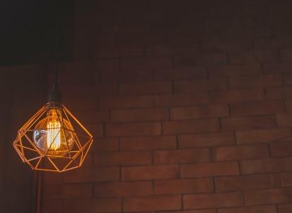 ceglana ściana oświetlona żarówką LED