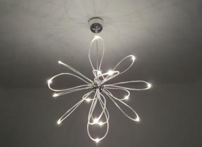 futurystczna lampa LEDowa na suficie