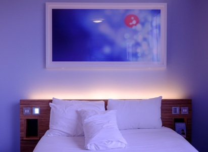 łóżko delikatnie podświetlone światłem LED