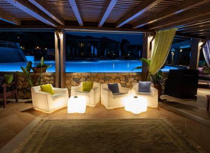 oświetlone światłem LED stoliki nad basenem