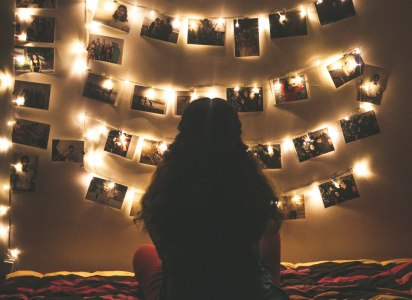 zdjęcia na ścianie z dużą ilością świateł LED