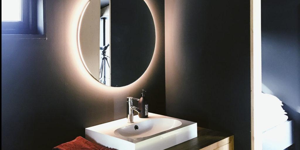 lustro w łazience podświetlone białą taśmą LED